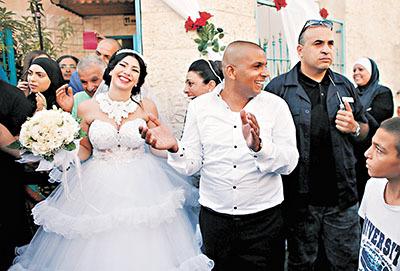 巴以情侣成婚 以色列示威者试图抢新娘被捕