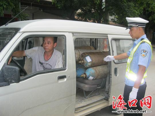 海南一小客车载12罐危险品上高速被交警查获