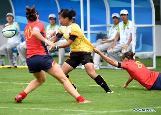 Liu Xiaoqian (C) of China competes during the women's pool between China and Spain of rugby sevens event at the Nanjing 2014 Youth Olympic Games