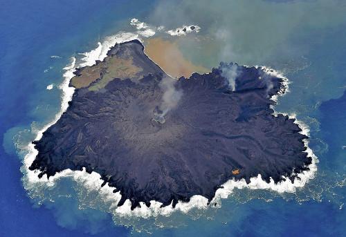 日本西之岛火山活动持续活跃专家称或出现坍塌