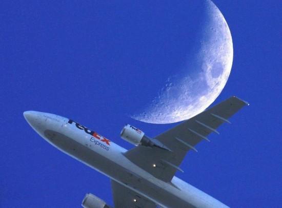 神奇摄影:镜头捕捉飞机追月逐日