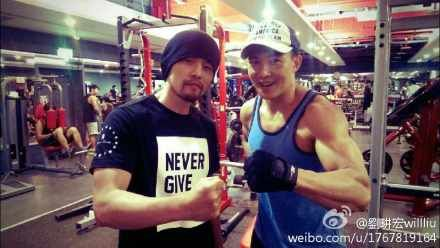刘�u宏晒与周杰伦健身肌肉照 网友赞好榜样