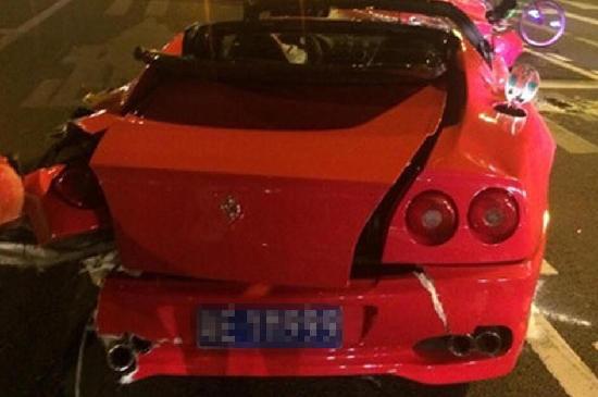组图 广州凌晨发生追尾事故 法拉利撞尼桑损毁严重