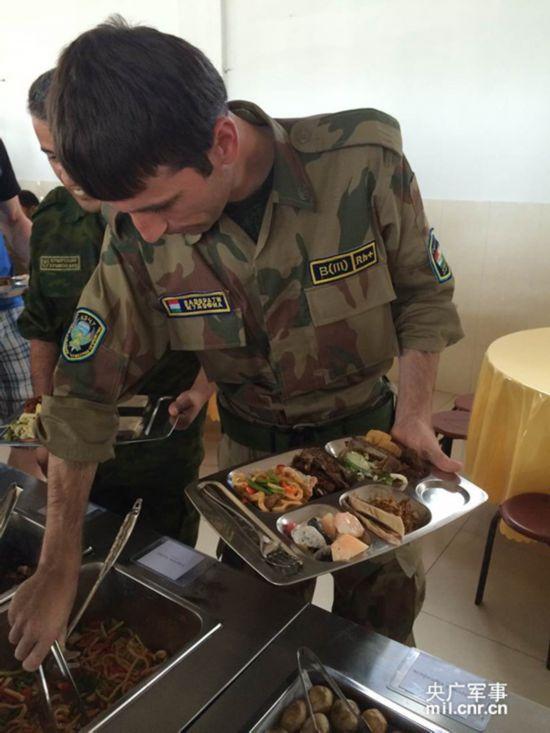 """""""和平使命-2014""""军演外方官兵都吃些什么?"""