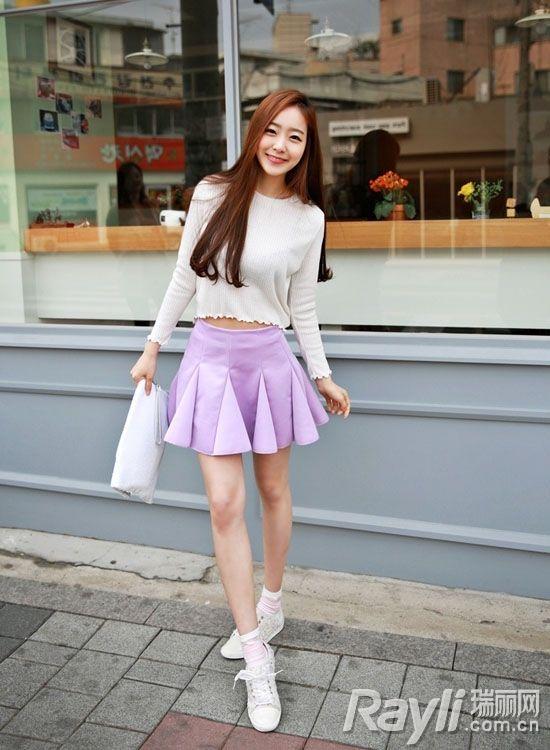 白色上衣搭配紫色百褶裙