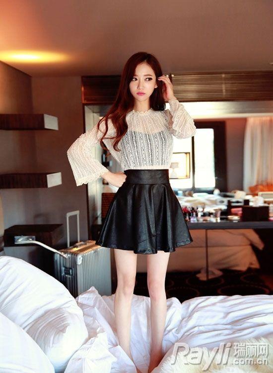 时尚白色透视上衣搭配黑色百褶裙