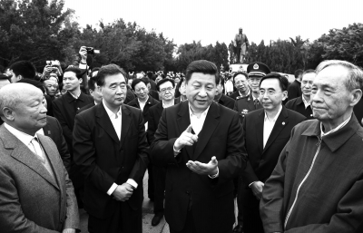 2月,习近平在深圳莲花山公园邓小平铜像前与当年参与特区建设的