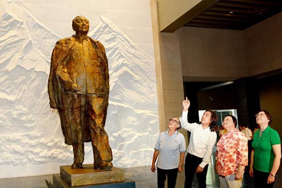 邓小平/中国美协副主席、中国雕塑院院长吴为山(左二)向邓小平的女儿...