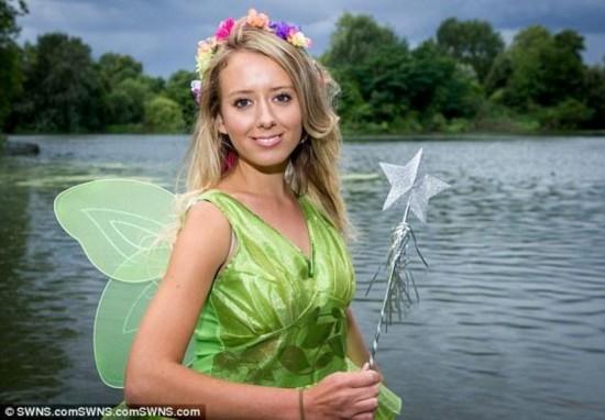 英24岁美女痴迷迪士尼动画 变身现实版童话公主(图)
