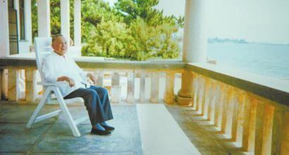 邓小平晚年生活:88岁时仍下海游泳八次(图)