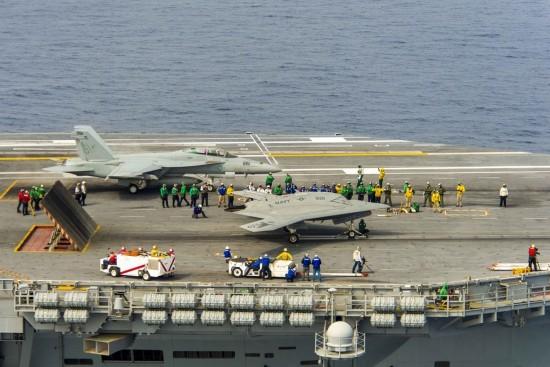 组图:美军公开X-47B联合F/A-18作战大量秘照
