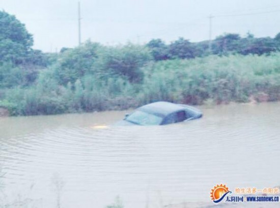 厦门:凯迪拉克轿车开进村中池塘婚礼逃离视频迷路富平司机图片