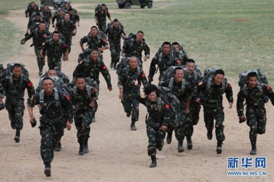 里越野训练中与男特种兵