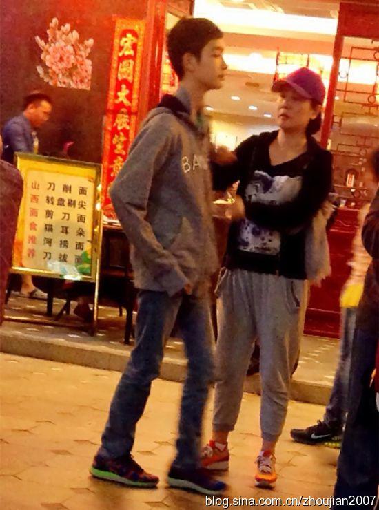 陈小艺15岁儿子近照首曝光 大高个帅气阳光