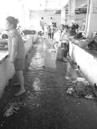 被通报污水横流 海口青年路农贸市场仍脏乱