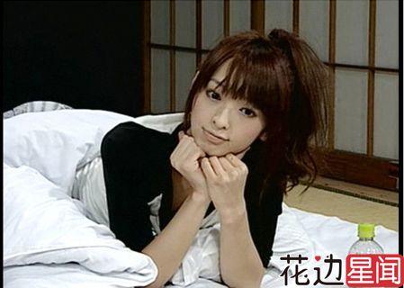 日本女明星佐藤佳代有着一张清纯可人的鹅蛋脸加上纤细的身材...