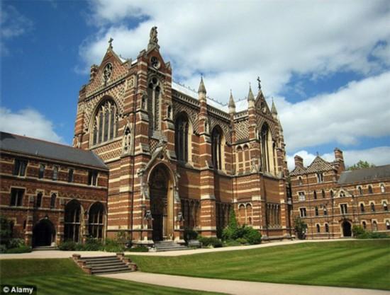 牛津大学基布尔学院(Keble College)对外开放300多个房间供游客放图片
