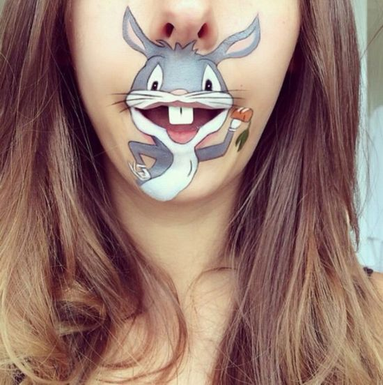 人才!英化妆师在嘴边巧画趣味卡通人物