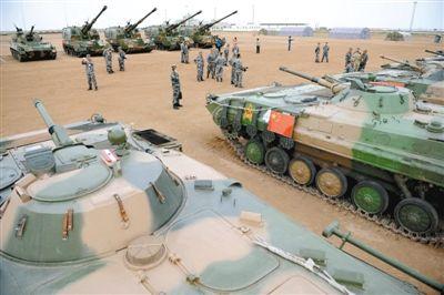 8月21日,在朱日和基地,中外参演部队代表在装备展览交流活动现场参观中国人民解放军装备。新华社记者 张领 摄