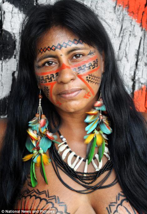 探訪巴西亞馬遜原始部落 女性赤裸上半身(圖)