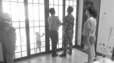 2龄童贪玩将自己反锁在屋内 消防员破门救援