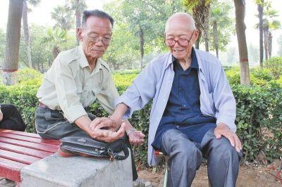 洛阳92岁老中医免费看病 只开药方不卖药网友点赞