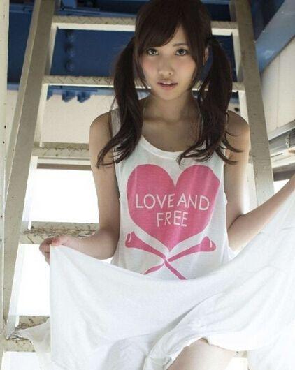 日本19岁嫩模肌肤如雪走红