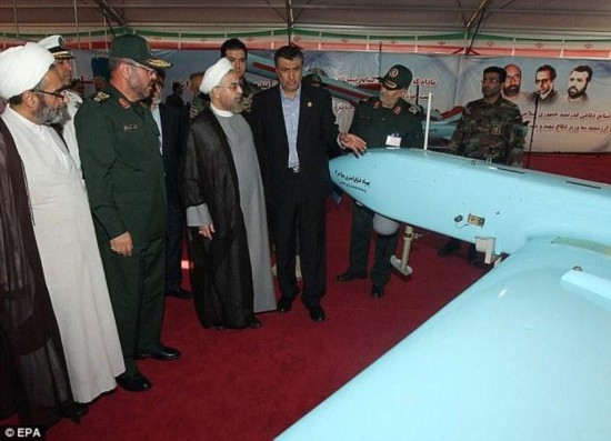伊朗总统参观国防工业展 视察新一代无人机