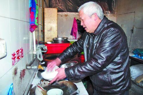 嵩县俩餐馆供流浪汉免费吃饭十多年