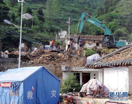 鲁甸地震灾区 清理废墟图片