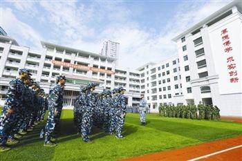 月22日,三亚市第四中学高一年级的500多名新生在新落成的校区,图片