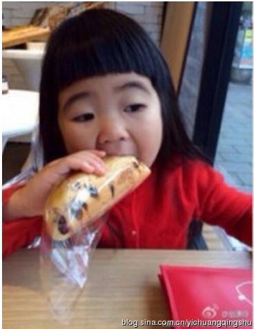 萌娃吃相大比拼 姐姐花样吃法模仿不来