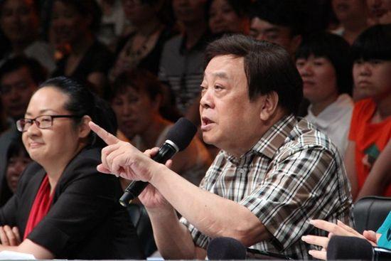 嘉宾赵忠祥回忆起自己一段一见钟情的往事。