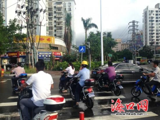 人车抢行斑马线时有发生 市民盼修好红绿灯