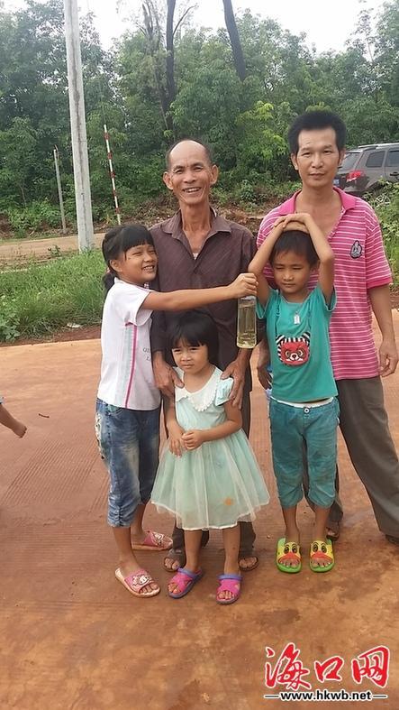 岱娥贵、吴军富和被救起的三名溺水儿童