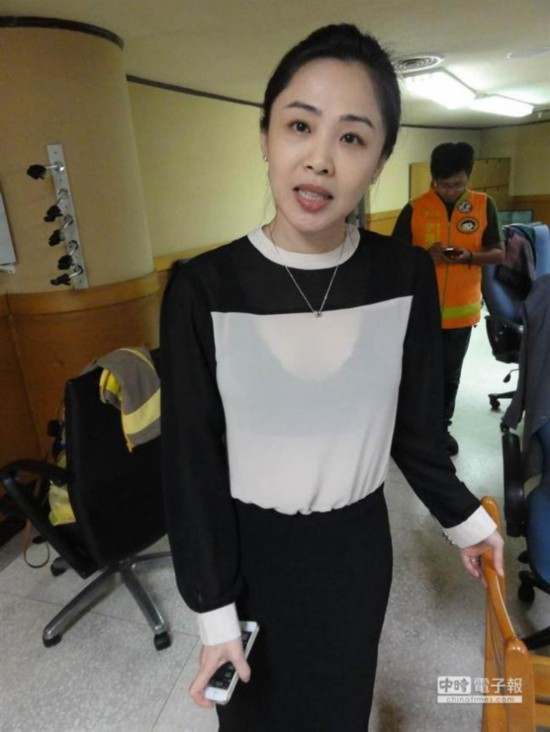 民进党美女议员穿透视装开议会 意外成焦点【