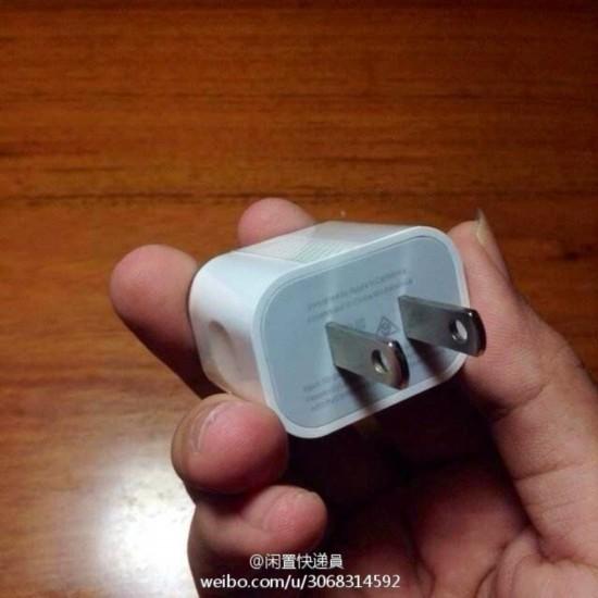 微博网友分享的iPhone 6充电器(来自微博)   与目前的苹果 USB 电源适配器相比,图片中的电源适配器边角处理更圆滑,两侧有凹槽,可以改善握持和插入插座的感觉。不过这张照片的真假我们还不能确定。   此外有网友指出,澳大利亚版的充电器已经使用同样的外观设计,现在只是修改插头,以匹配各国的插座。