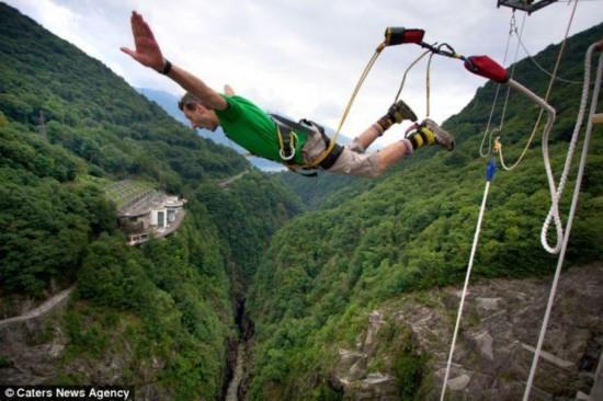 影迷720英尺大坝上仿邦德蹦极 惊呆小伙伴