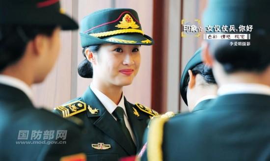 军方公开女仪仗兵写真照 戴卷檐帽系金腰带