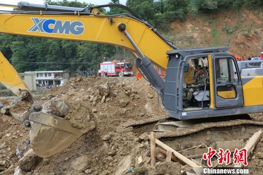记者直击贵州滑坡救灾现场:力保遗体完整
