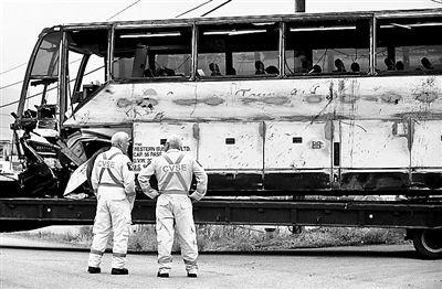 8月29日,加拿大工作人员在旅游大巴出事的现场 供图/ic图片
