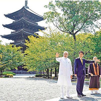 莫迪在安倍陪同下参观东寺。