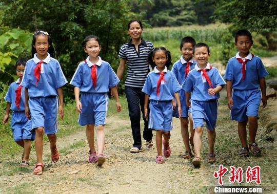 """广西山区""""微小学""""开学仅一名老师8名学生"""