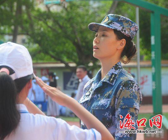 女教官在指导军训
