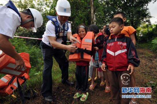 """海南东方八所海事局为孩子们打造水上""""校车"""""""