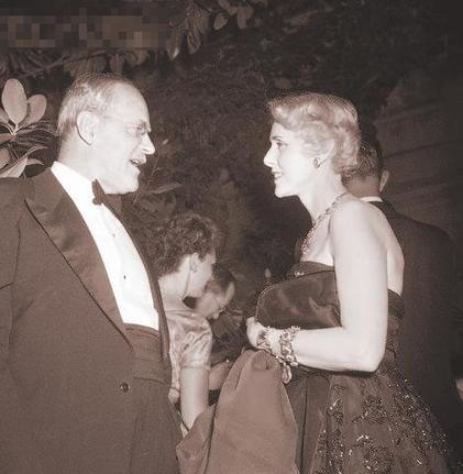 杜勒斯/圖為1954年杜勒斯(左)與他的紅顏知己克萊爾·盧斯在交談。