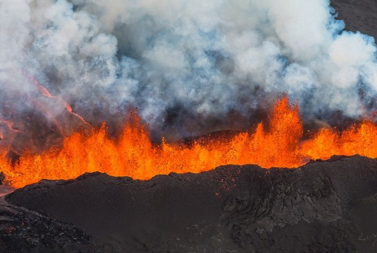 """冰岛火山喷射岩浆形成30米高""""火墙"""""""