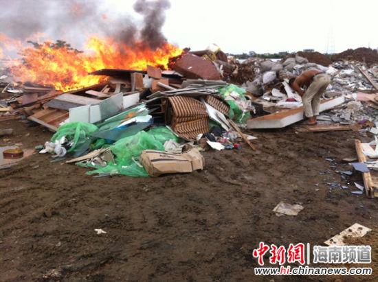日前,村民正在新埠岛东坡村南渡江边焚烧垃圾。