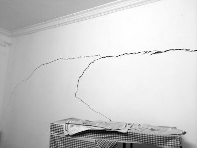 邻居违法加建至7层 三亚一市民:我家墙裂了