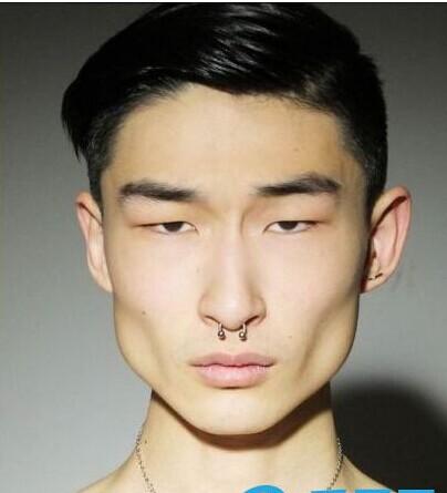 男版吕燕:19岁韩裔模特丑帅走红